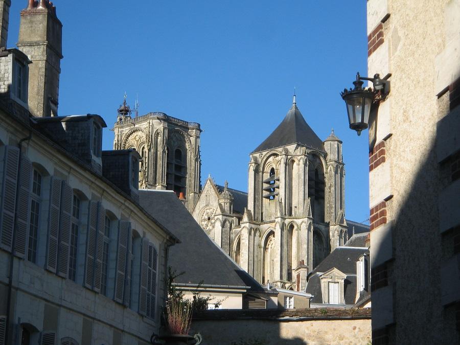 La cathédrale de Bourges sort de l'ombre.